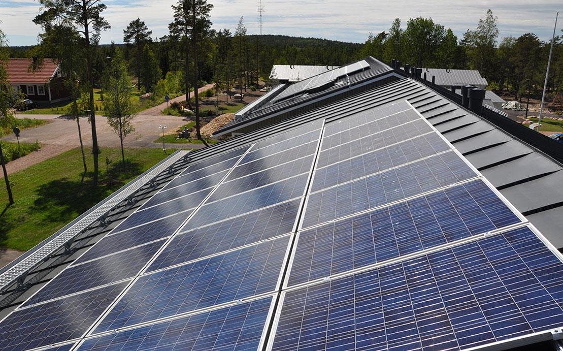 Aurinkopaneelit omakotitaloon yritykselle - sähköverkkoon kytkettävät aurinkosähköjärjestelmät.